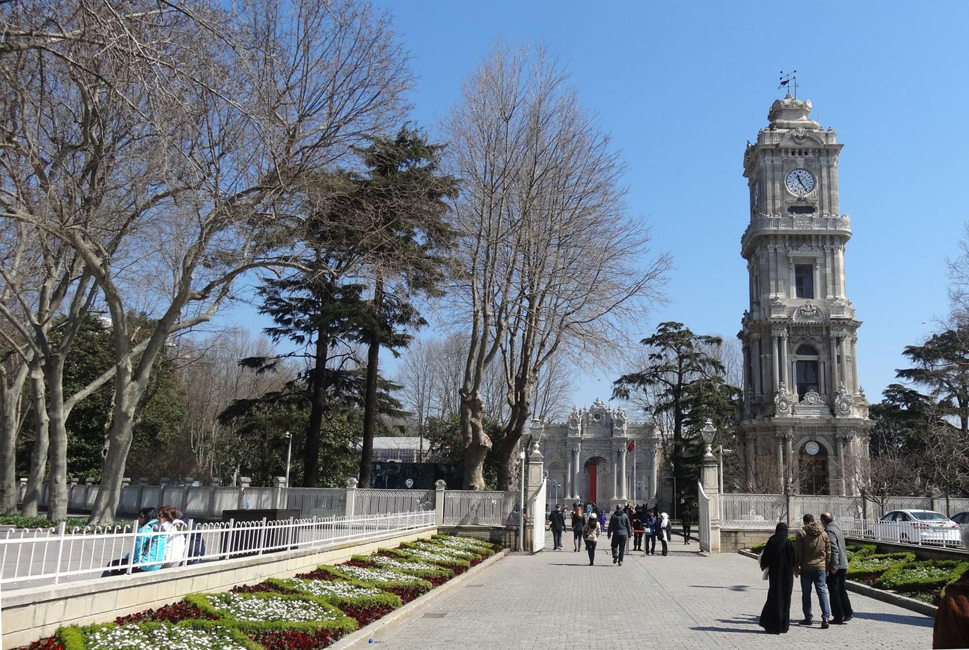 Часовая башня и дворец Долмабахче в Стамбуле