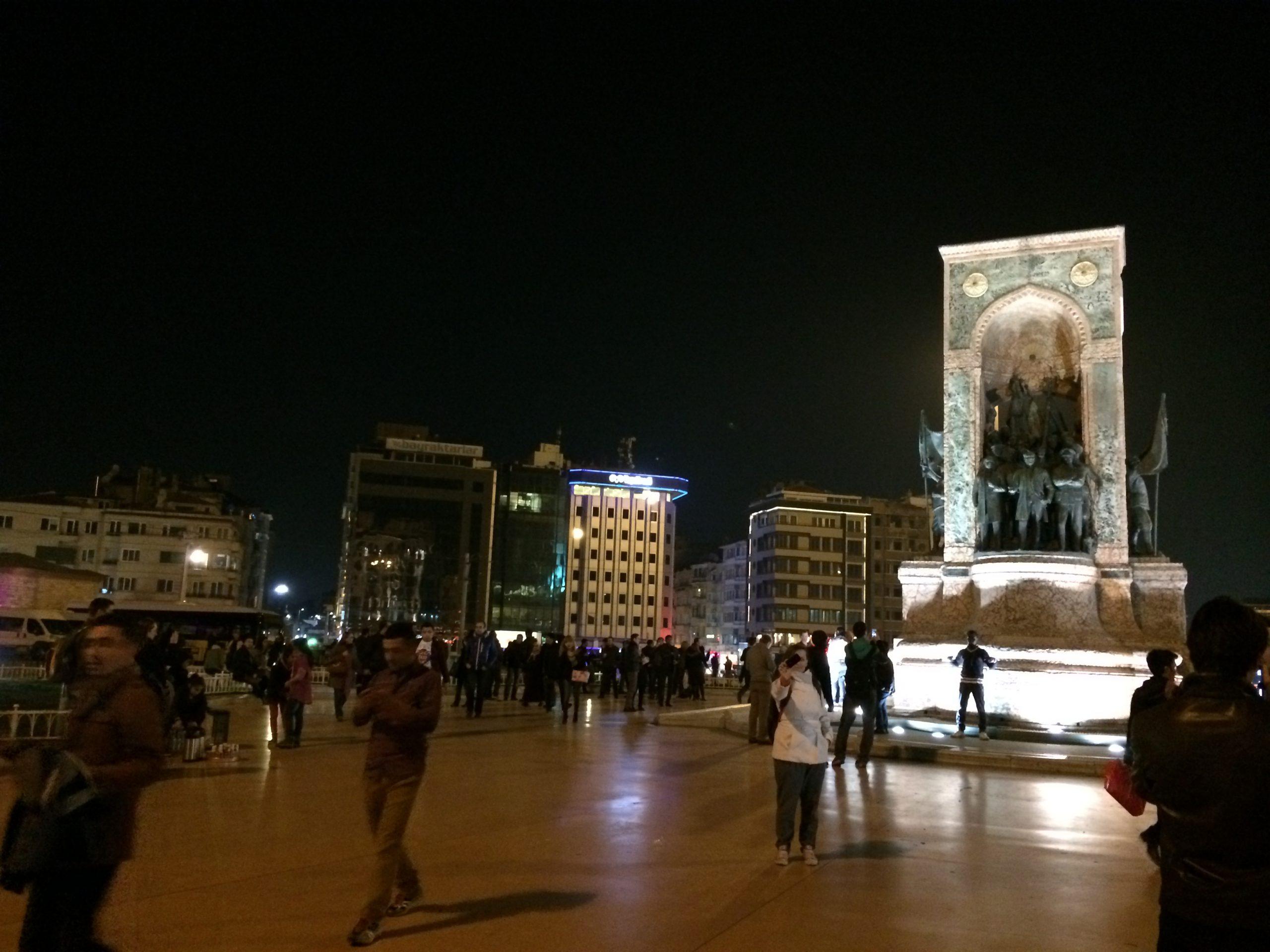 Площадь Таксим вечером