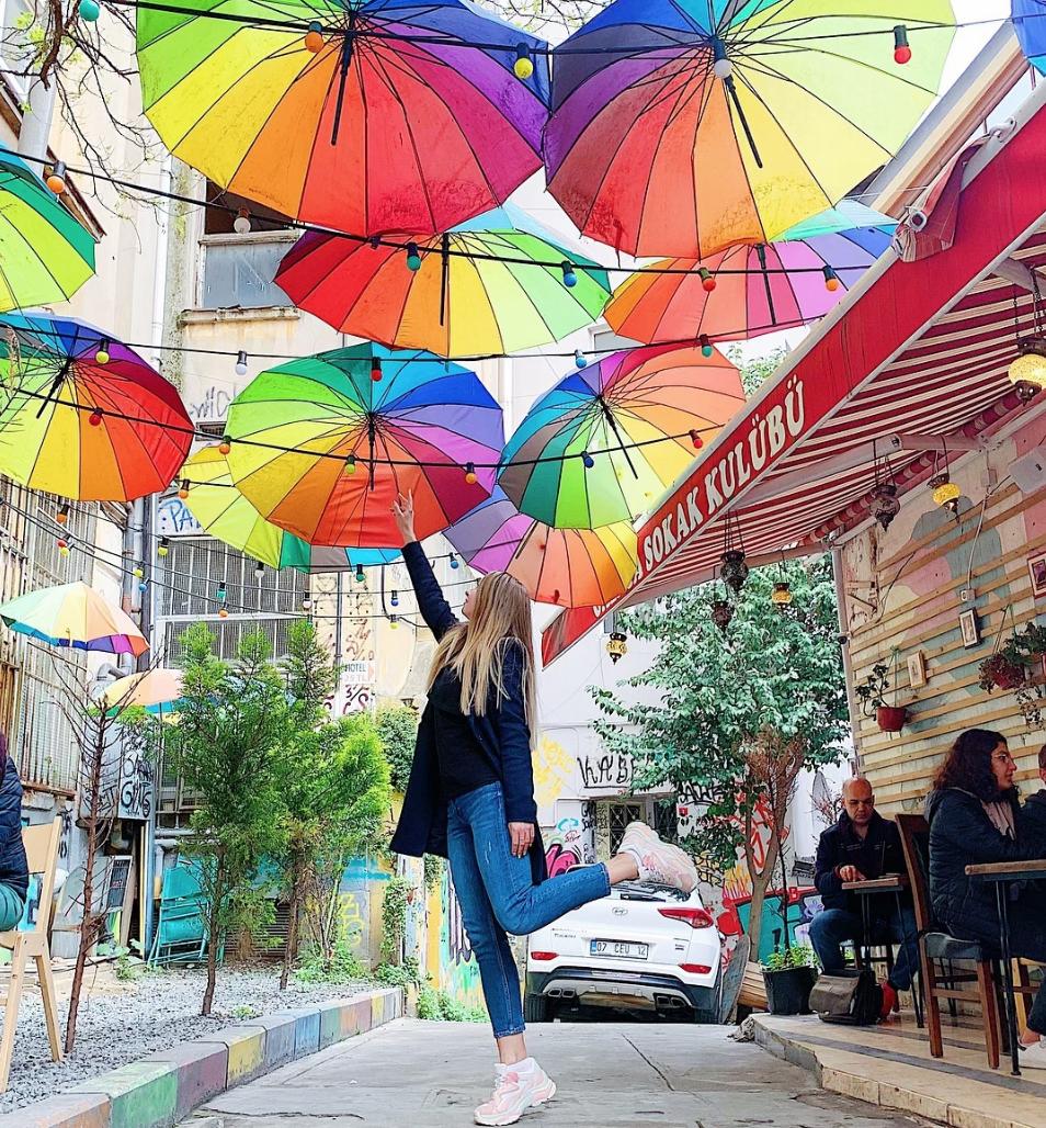 Улица с зонтиками в Стамбуле